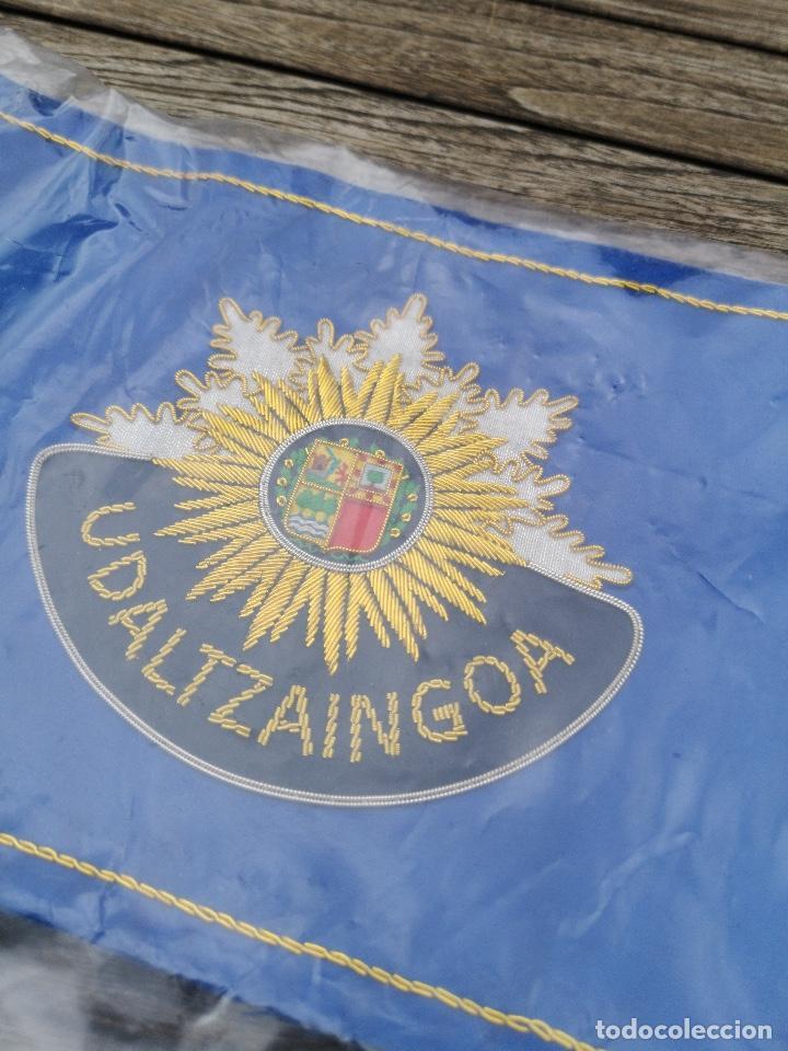 Militaria: Dos banderas de sobremesa de Policía Municipal Vasca (Eguzkilore) bordado metálico - Foto 3 - 220891342