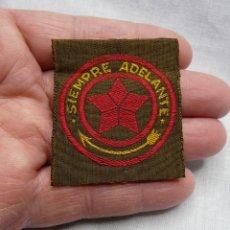 Militaria: SCOUT PARCHE DE TELA BOY SCOUT AÑOS 30 SIEMPRE ADELANTE - SCOUTS ESPAÑA. Lote 244864410