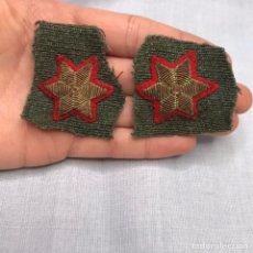 Militaria: DOS ESTRELLAS DE 6 PUNTAS FONDO ROJO. Lote 257986050