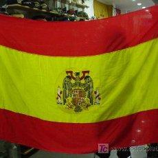 Militaria: ESPAÑA. BANDERA NACIONAL CON EL ESCUDO DE LA ÉPOCA DE FRANCO COSIDO EN EL CENTRO. 131 X 205 CM.. Lote 13429527
