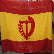 Militaria: ESPAÑA. BANDERA DE LA HERMANDAD SINDICAL DE LABRADORES Y GANADEROS DE LEGARDA. BORDADA. 158 X 135 CM. Lote 10377497