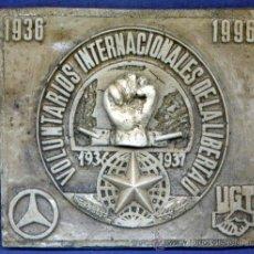 Militaria: PLACA CONMEMORATIVA DEL 60 ANIVERSARIO DE LAS BRIGADAS INTERNACIONALES. 125 X 108 MM. RESINA.. Lote 28516941