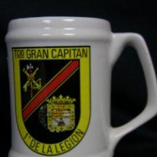 Militaria: JARRA CERVEZA CERAMICA VIDRIADA MILITAR TERCIO GRAN CAPITAN 1º DE LA LEGIÓN 13X13CMS. Lote 48801315