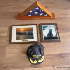 Militaria: BANDERA DEL SUBMARINO NUCLEAR AMERICANO USS HELENA. SSN-725. FOTOS ENMARCADAS Y GORRA DEL SUBMARINO.. Lote 52543720