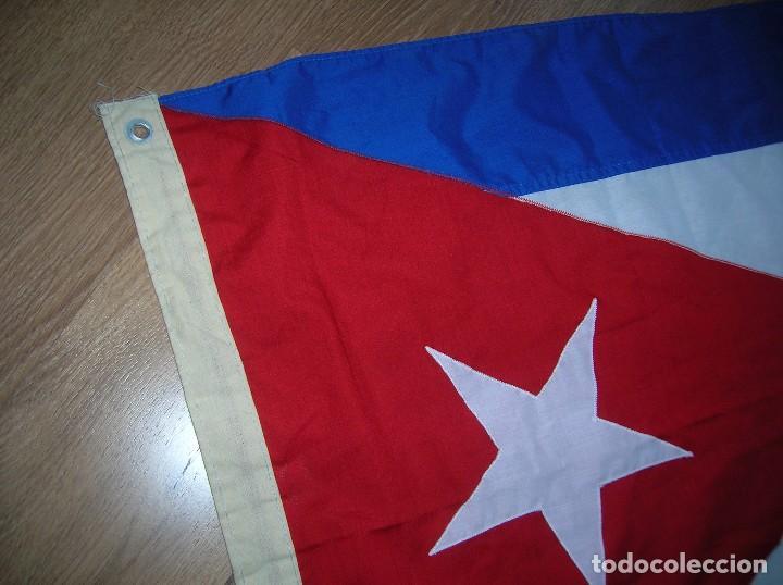 Militaria: ESPECTACULAR BANDERA DE CUBA. ORIGINAL 100% CUBANA. ESTRELLA, TRIÁNGULO Y BARRAS BORDADAS EN TELA. - Foto 3 - 68573213
