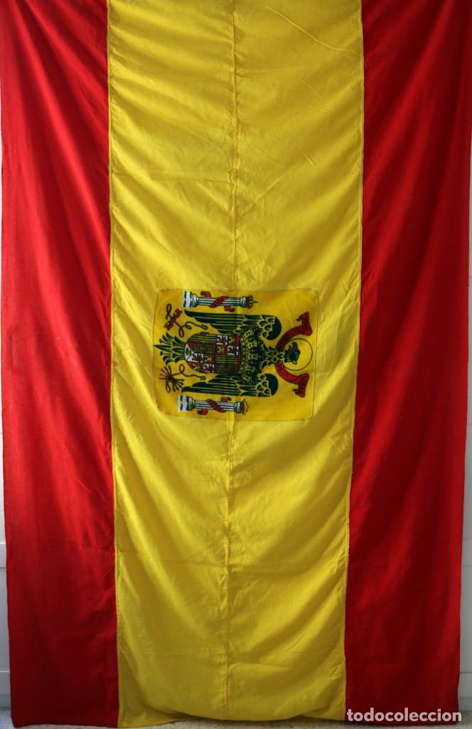 BANDERA GRAN TAMAÑO DE ESPAÑA CON AGUILA DE SAN JUAN. EPOCA DE FRANCO (Militar - Propaganda y Documentos)