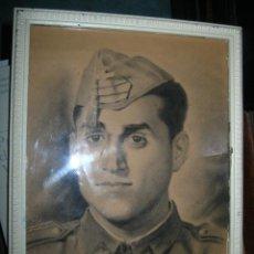 Militaria: SOLDADO MILITAR DIBUJO ORIGINAL Y GORRA ALICANTE 1945 FIRMADO. Lote 92179315