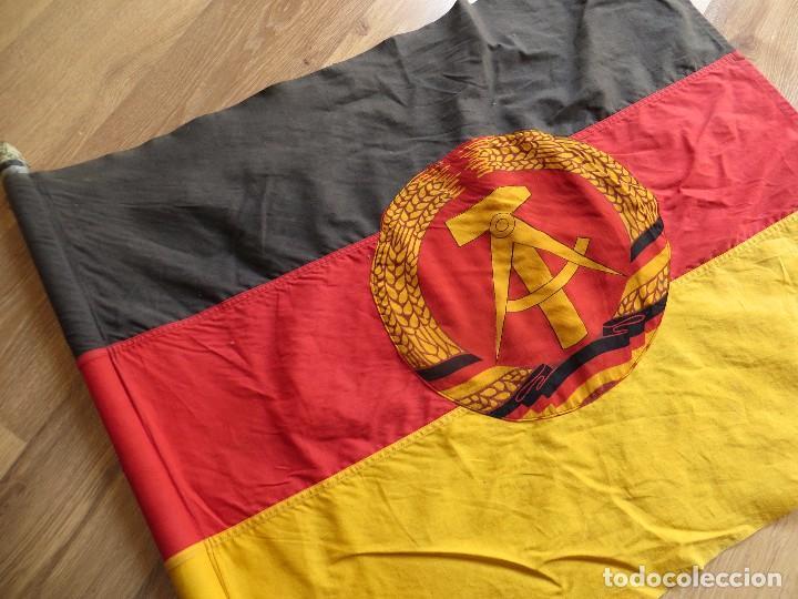 MUY ANTIGUA BANDERA DE LA REPUBLICA DEMOCRATICA ALEMANA. DDR. FRANJAS BORDADAS. (Militar - Propaganda y Documentos)