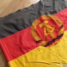 Militaria: MUY ANTIGUA BANDERA DE LA REPUBLICA DEMOCRATICA ALEMANA. DDR. FRANJAS BORDADAS.. Lote 98689419