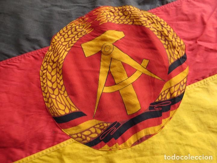 Militaria: MUY ANTIGUA BANDERA DE LA REPUBLICA DEMOCRATICA ALEMANA. DDR. FRANJAS BORDADAS. - Foto 4 - 98689419