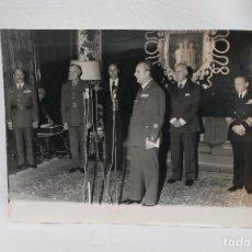 Militaria: FOTOGRAFIA MINISTRO DEL AIRE TENIENTE GENERAL FRANCO IRIBANDEGARAY, IMPOSICION DEL MERITO AERONAUTI. Lote 107921883