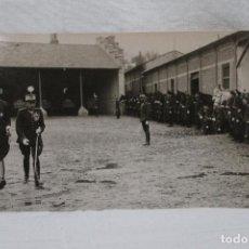 Militaria: FOTOGRAFIA EL REY ALBERTO I DE BELGICA, PASANDO REVISTA AL REGIMIENTO NA-RAS. Lote 107962991