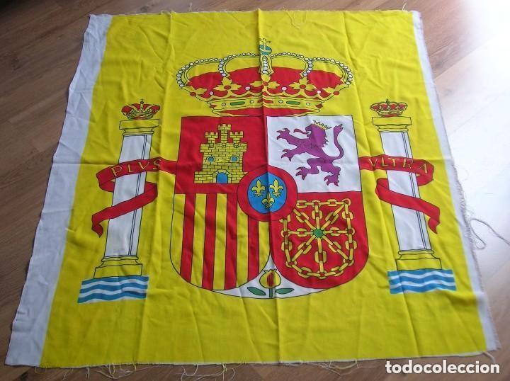CENTRO DE BANDERA DE ESPAÑA CON ESCUDO NACIONAL. GRAN TAMAÑO 110 CM X 95 CM. (Militar - Propaganda y Documentos)