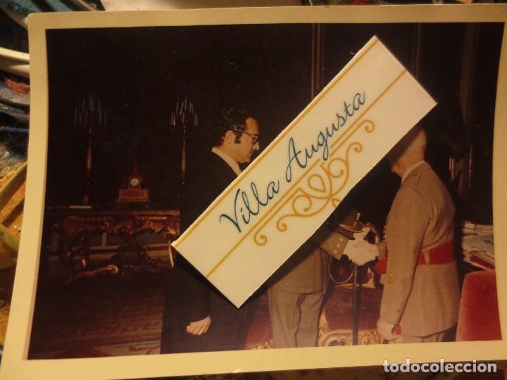 Militaria: foto antigua original estrcando la mano GENERAL FRANCO RECEPCION A MILITAR ULTIMA ETAPA DE VIDA - Foto 2 - 117829355