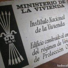 Militaria: PLACA FALANGISTA DE EPOCA FRANQUISTA CON YUGO Y LAS FLECHAS. MINISTERIO DE LA VIVIENDA. FALANGE.. Lote 130236526