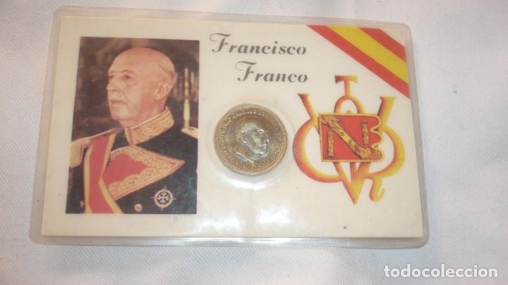 FOTO DE FRANCISCO FRANCO PLASTIFICADO Y MONEDA DE 1 PESETA AÑO 1966 (Militar - Propaganda y Documentos)