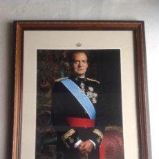 Militaria: FOTOGRAFÍA OFICIAL ENMARCADA DEL ANTERIOR REY D. JUAN CARLOS CON UNIFORME DE CAPITÁN GENERAL.. Lote 136635054