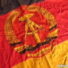 Militaria: DISTINTOS ANVERSO Y REVERSO. MUY RARA BANDERA BORDADA DE LA REP. DEMOCRATICA ALEMANA. DDR. RDA.. Lote 153418582