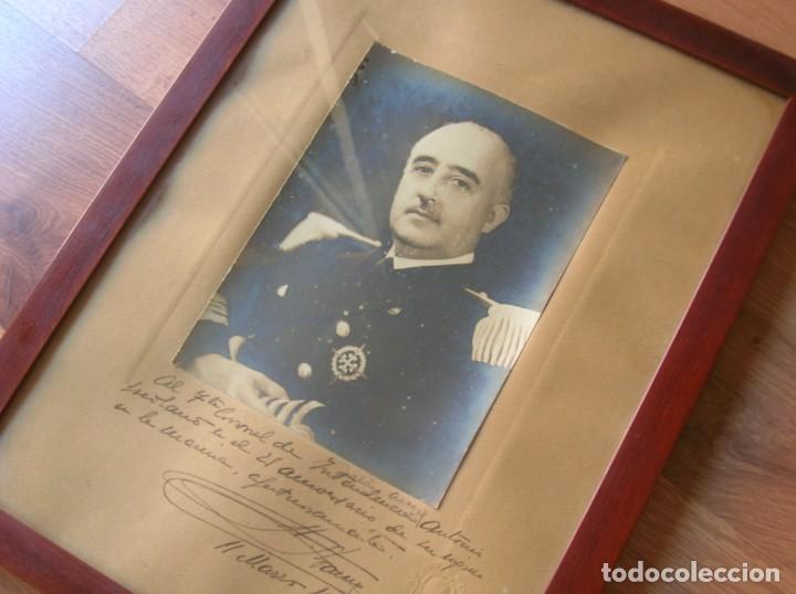 FOTOGRAFIA FIRMADA Y DEDICADA POR EL CAUDILLO GENERALISIMO FRANCO EN 1946. SELLO EN RELIEVE. (Militar - Propaganda y Documentos)