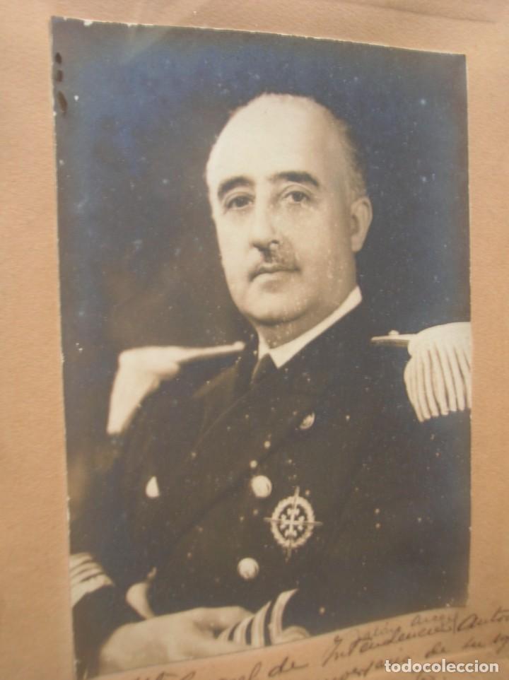Militaria: FOTOGRAFIA FIRMADA Y DEDICADA POR EL CAUDILLO GENERALISIMO FRANCO EN 1946. SELLO EN RELIEVE. - Foto 4 - 171990770