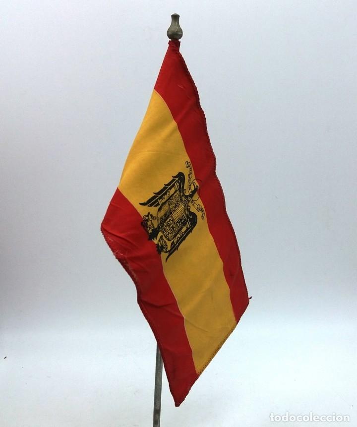 BANDERA ESPAÑOLA CON EL ÁGUILA IMPERIAL DE FRANCO. BANDERÍN DE SOBREMESA CON ÁGUILA DE SAN JUAN. (Militar - Propaganda y Documentos)