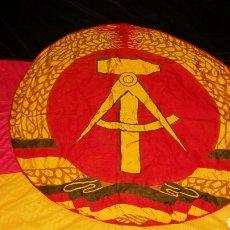 Militaria: BANDERA DE LA RDA REPÚBLICA DEMOCRÁTICA ALEMANA ORIGINAL ENORME. Lote 194519692