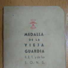 Militaria: LIBRITO MEDALLA DE LA VIEJA GUARDIA Y CARNET PROVISIONAL DE LA FALANGE. Lote 194686380