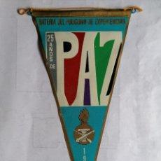 Militaria: BANDERIN BATERIA DEL POLIGONO DE EXPERIENCIAS, 25 AÑOS DE PAZ - CARABANCHEL, AÑOS 1964. Lote 207158365