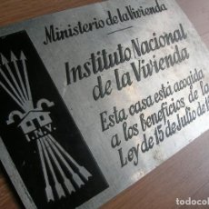 Militaria: PLACA FALANGISTA DE EPOCA FRANQUISTA CON YUGO Y LAS FLECHAS. MINISTERIO DE LA VIVIENDA. FALANGE.. Lote 212724307