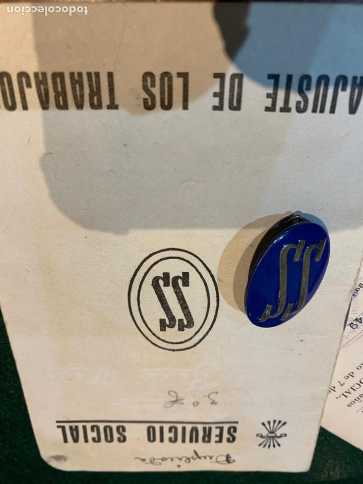 Militaria: Cartilla y distintivo Servicio Social de la Mujer 1948 - Foto 3 - 226215390
