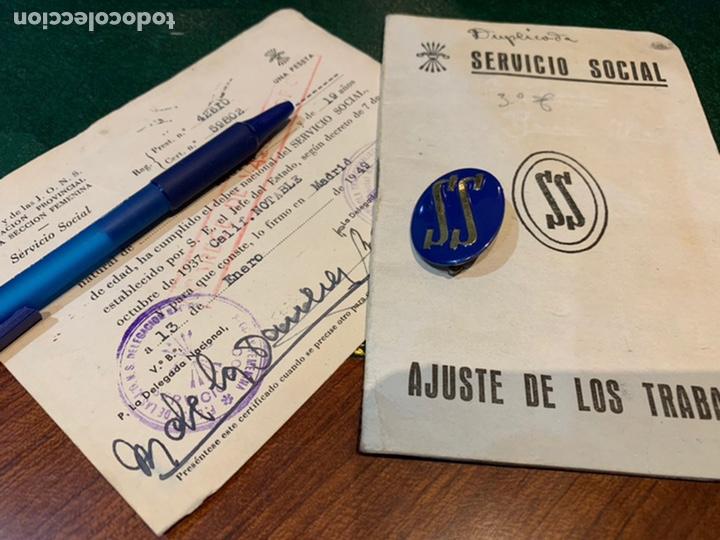 CARTILLA Y DISTINTIVO SERVICIO SOCIAL DE LA MUJER 1948 (Militar - Propaganda y Documentos)