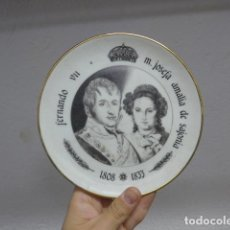 Militaria: ANTIGUO PLATO DE PORCELANA DE REY FERNANDO VII Y JOSEFA AMALIA DE SAJONIA. Lote 235193555