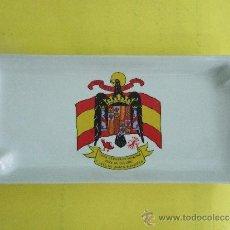 Militaria: BANDEJA CENICERO DE CERAMICA CON BANDERA ESPAÑOLA Y EL ESCUDO FRANQUISTA - PRECONSTITUCIONAL -22X10. Lote 34466615