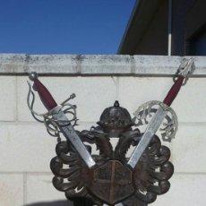 Militaria: ESCUDO CASTILLA AGUILA BICEFALA TALLA MADERA CON ESPADAS HISTORICAS DECORATIVAS-MADE IN SPAIN TOLEDO. Lote 37790021