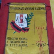 Militaria: BANDERIN FALANGE DELEGACION NACIONAL DE ORGANIZACIONES DE F.E.T Y DE LAS J.O.N.S SEVILLA 1964,. Lote 190346922