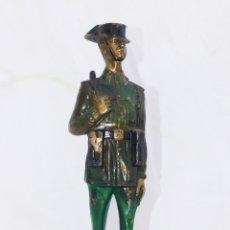 Militaria: PRECIOSA ESCULTURA GUARDIA VICIL BRONCE ANTIGUA UNIFORME FRANQUISTA CON TRICORNIO . Lote 46303951