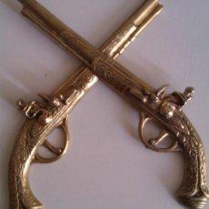Militaria: BONITO Y EXCLUSIVO GRAN LOTE DE 2 ANTIGUAS PISTOLAS DE BRONCE PARA COLGAR EN PARED. Lote 49972023