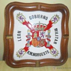 Militaria: GOBIERNO MILITAR LEON R.M. NOROESTE - CENICERO AZULEJO PINTADO A MANO CON BORDES DE MADERA NOBLE-. Lote 52308986