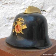 Militaria: BONITO CASCO BOMBEROS ANTIGUO METALICO VALENCIA CON INSIGNIA FRONTAL SOBRE MADERA. Lote 62667684