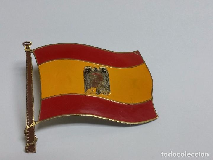 ANTIGUA PLACA O CHAPA METÁLICA PARA COCHE - MOTO CON EMBLEMA DE LA BANDERA Y ESCUDO DE ESPAÑA FRANQU (Militar - Reproducciones, Réplicas y Objetos Decorativos)