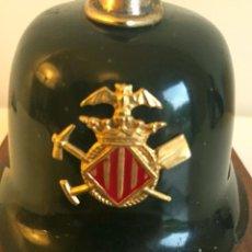 Militaria: ANTIGUO PEQUEÑO CASCO DECORATIVO DE BOMBEROS DE VALENCIA CON PLACA Y BASE DE MADERA . Lote 80403745