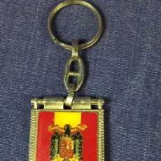 Militaria: LLAVERO FRANCO FRANCISCO FRANCO CAUDILLO TIPO BANDERIN FONDO AMARILLO AGUILA 9,5X3,5CMS. Lote 111843498