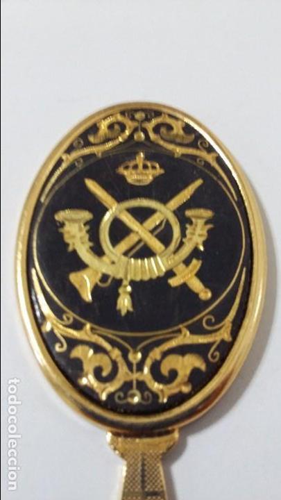 ESPEJO DAMASQUINADO CON MOTIVOS MILITARES (Militar - Reproducciones, Réplicas y Objetos Decorativos)