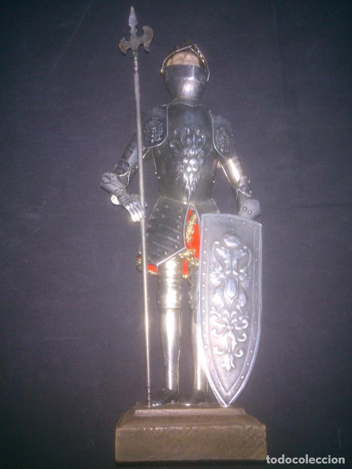 ANTIGUA ARMADURA CON LANZA , 34 CM DE ALTO CON MANIQUÍ DE METAL Y MADERA TELA (Militar - Reproducciones, Réplicas y Objetos Decorativos)