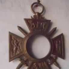 Militaria: EXCELENTE MARCO FOTO MILITAR FORMA MEDALLA DECORACION MILITAR WW1 1914 RECUERDO DE GUERRA FIRMA LB . Lote 103805015