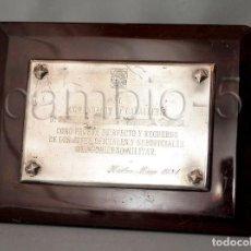 Militaria: METOPA SOBRE MESA CON PLACA DEDICADA - GOBIERNO MILITAR DE HUELVA A UN COMANDANTE DE CABALLERÍA 1981. Lote 109080923