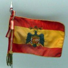 Militaria: BANDERA ESPAÑA SOBREMESA ÁGUILA BORDADA ÉPOCA FRANCO PEANA METAL. Lote 112889287