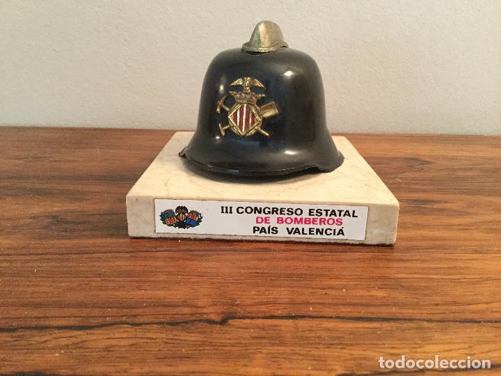 REPRODUCCIÓN A ESCALA CASCO BOMBERO DE VALENCIA CON PEANA DE MARMOL CONGRESO ESTATAL BOMBEROS PAIS (Militar - Reproducciones, Réplicas y Objetos Decorativos)