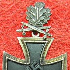 Militaria: EKII – EISERNES KREUZ - CRUZ DE HIERRO 2ª CLASE CON HOJAS DE ROBLE Y ESPADAS. 73 X 44 MM.. Lote 128465666
