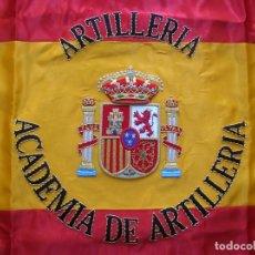 Militaria: PRECIOSA BANDERA BORDADA DE LA ACADEMIA DE ARTILLERIA DE SEGOVIA. 65 CM X 65 CM.. Lote 157826326